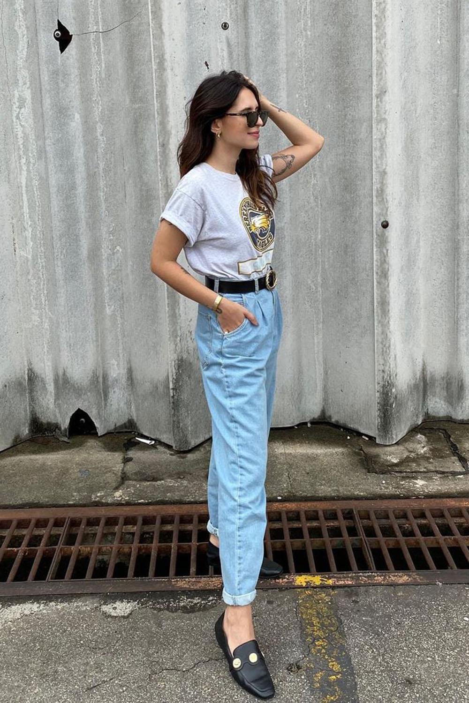 loafer, t-shirt branca e mom jeans