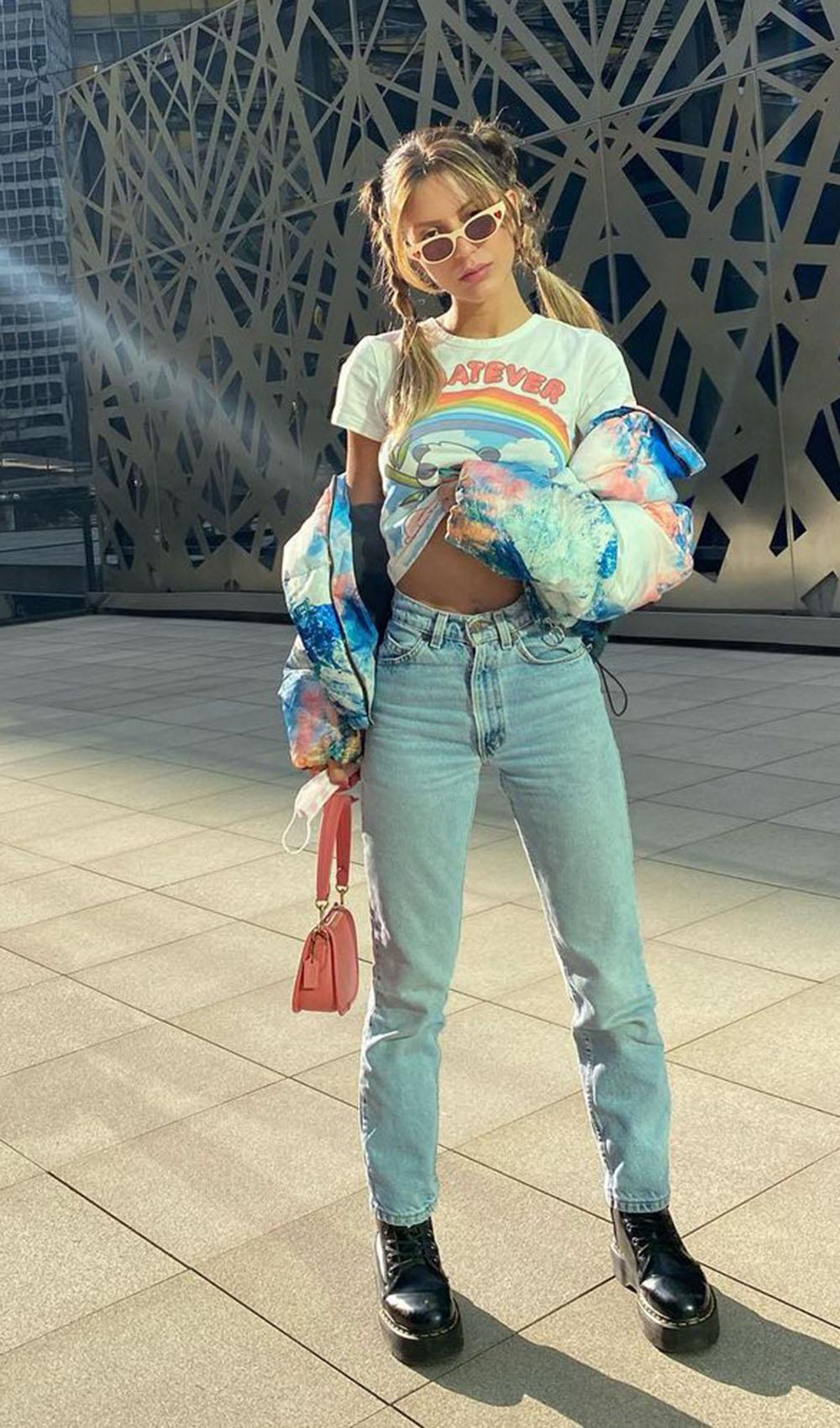 baby tee, mom jeans, coturno e jaqueta colorida