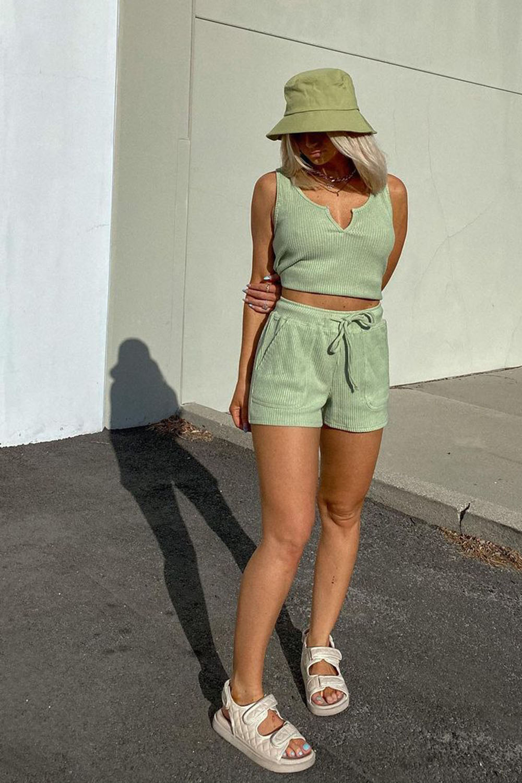 look monocromático. conjuntinho verde e papete