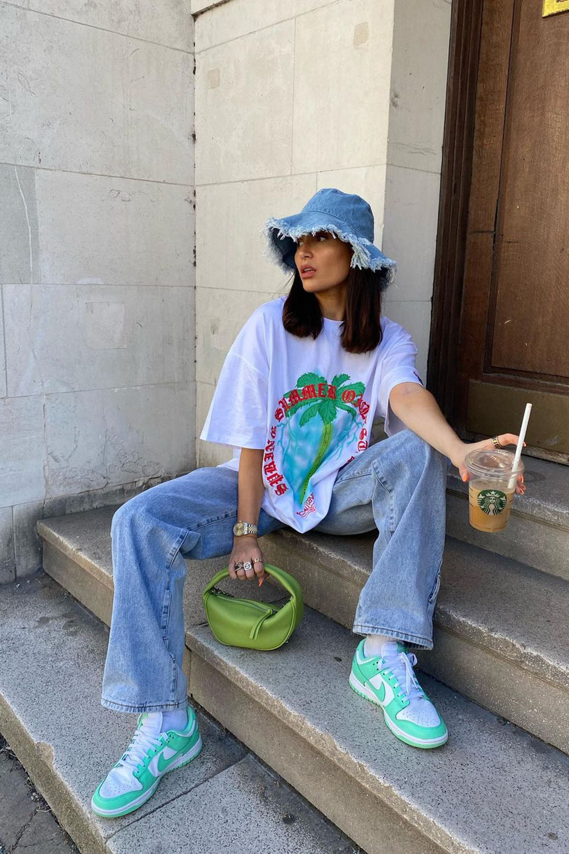 bucket hat jeans, t-shirt oversized, calça wide leg jeans e tênis nike verde