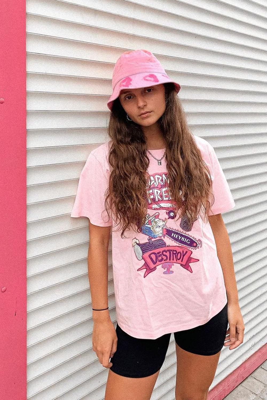 chapéu rosa, t-shirt rosa e bermudinha