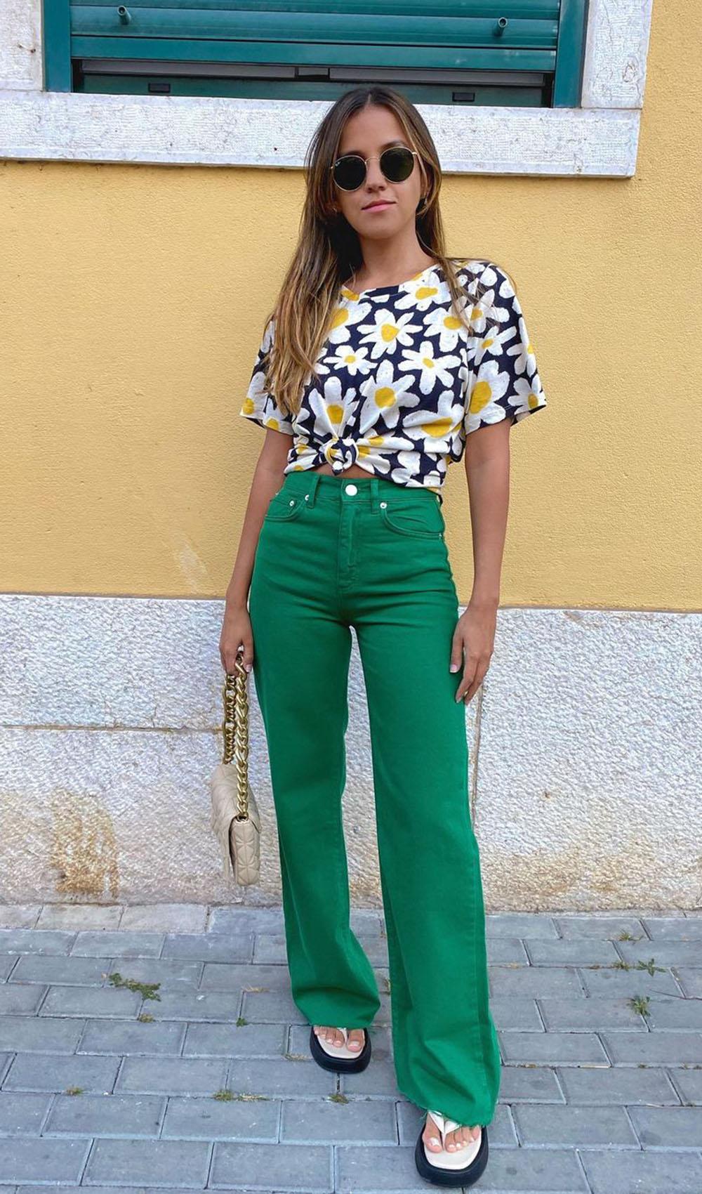 blusa flroal e calça verde na primavera