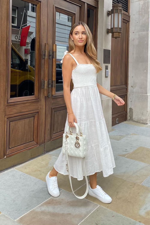 vestido midi branco e tênis branco na primavera