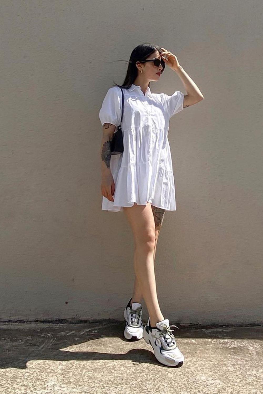 vestido branco, breezy dress e chunky sneakers na primavera