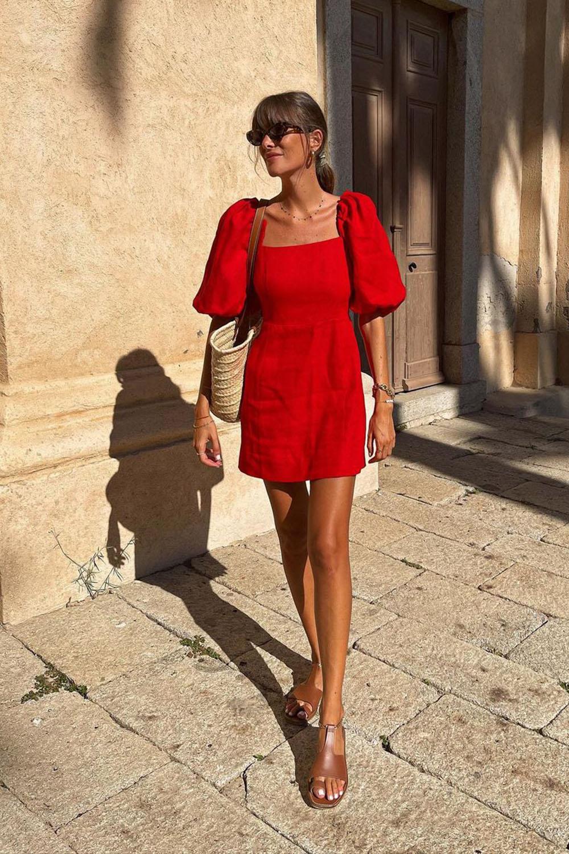 vestido vermelho e bolsa baguete na primavera