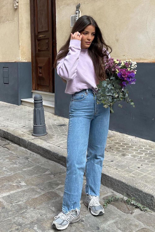 Tênis cinza, blusa de moletom lilás e mom jeans