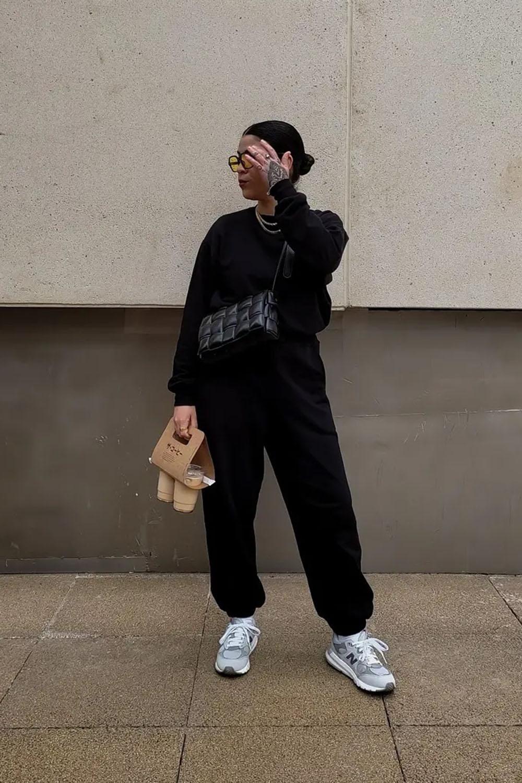 New Balance, conjunto de moletom preto e bolsa preta