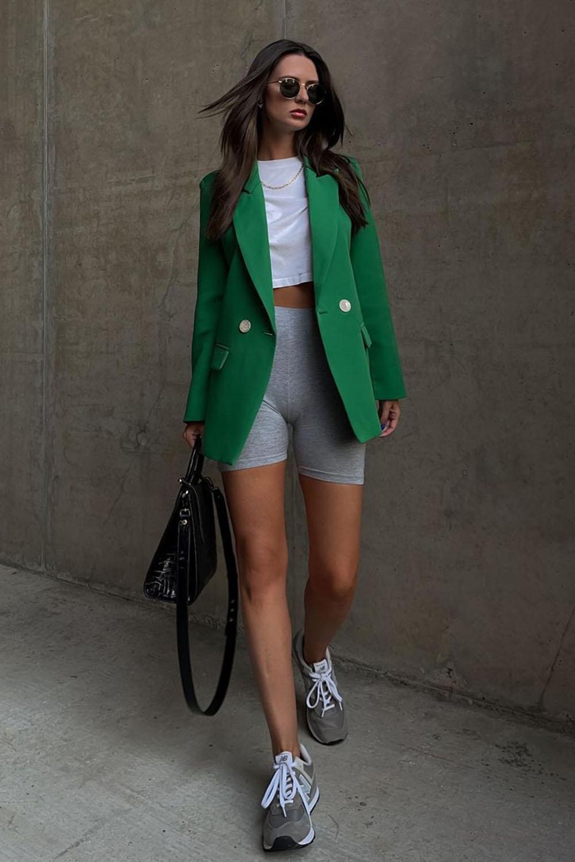 New Balance cinza, cropped branco, blazer verde e biker shorts cinza