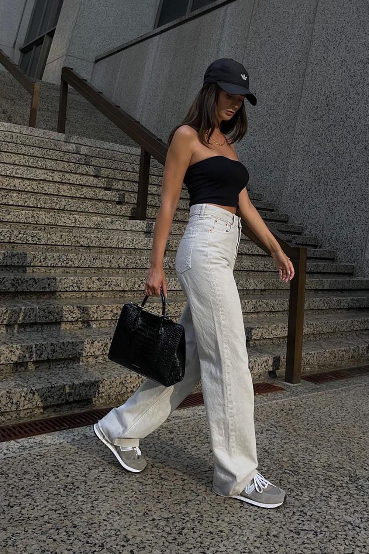 New Balance cinza, top faixa preto, boné e calça wide leg branca