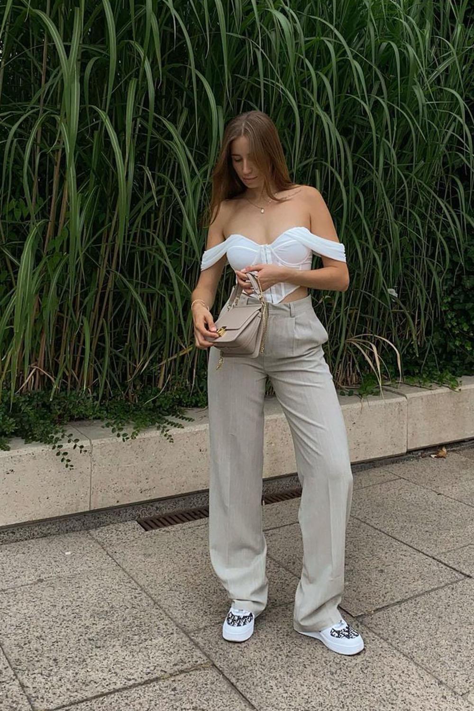 calça larguinha de alçafiataria, coset branco e tênis