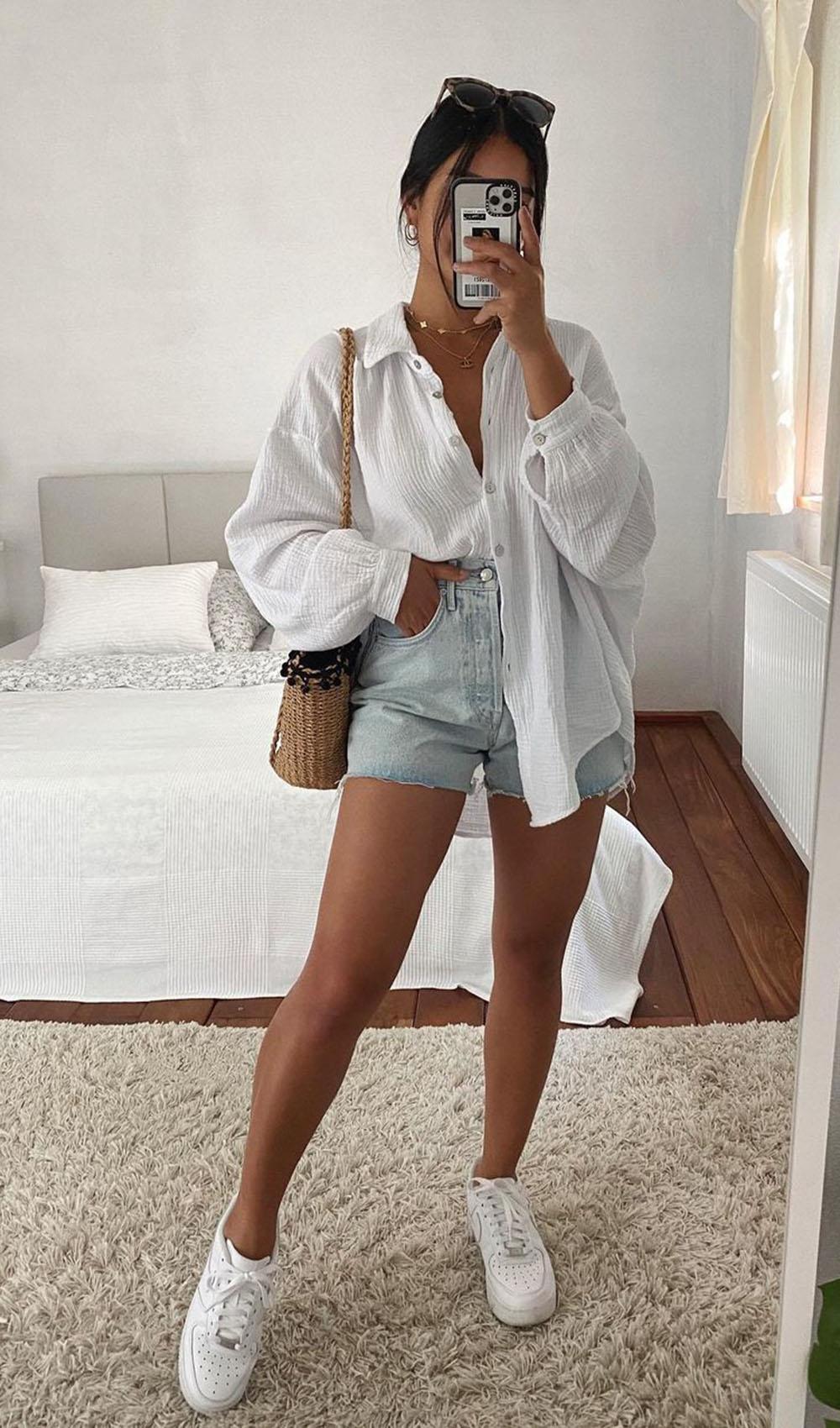 camisa social branca com shortinho jeans, tênis branco e bolsa de palha