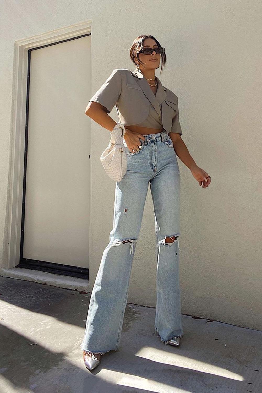 blazer cropped cinza, calça jeans destroyed