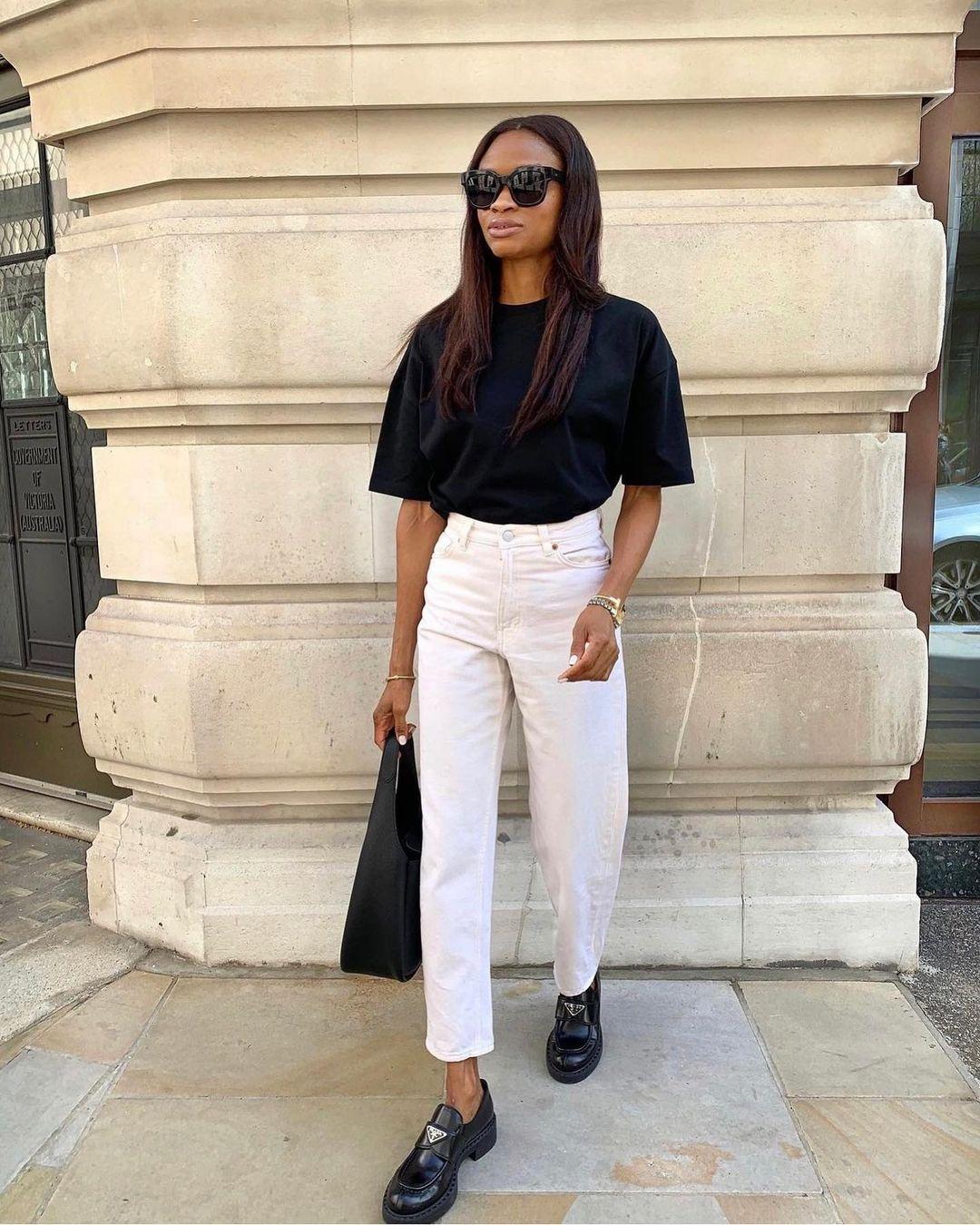 cores neutras, blusa preta, calça branca e loafer