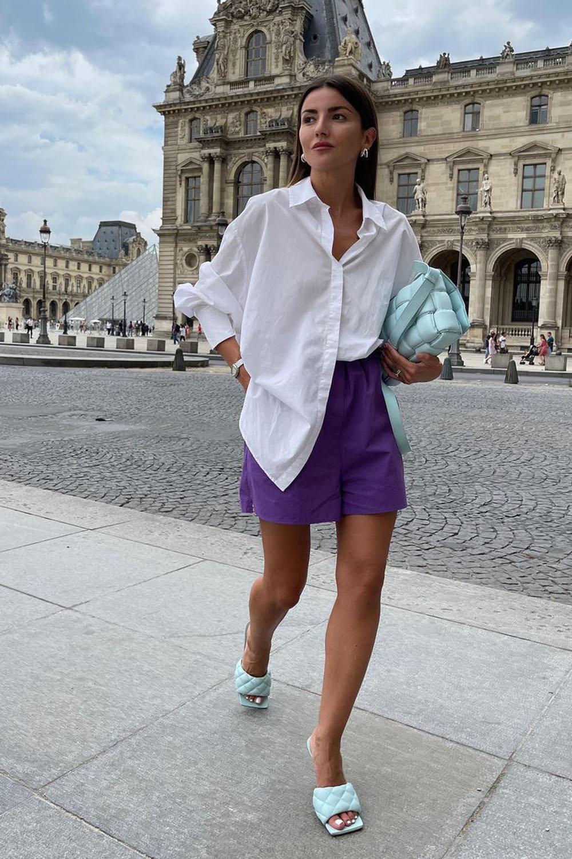 camisa branca, short social e sandália de bico quadrado