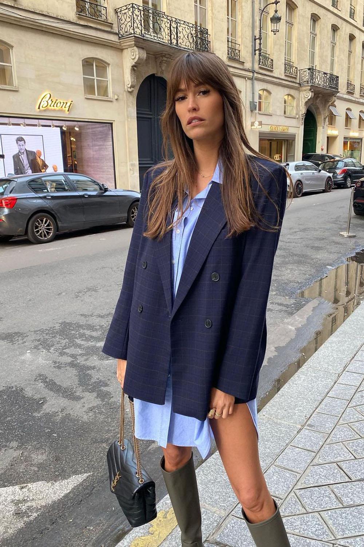 sobreposição com blazer e azul e camisa azul, bota de cano alto