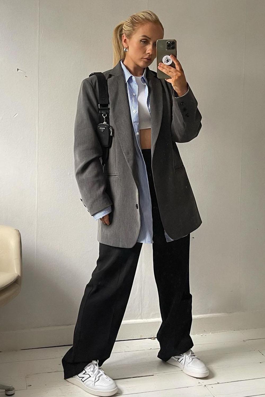 sobreposicação com blazer e camisa social, calça de alfaiataria e tênis branco