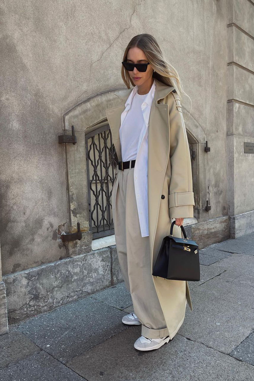 alfaiataria oversized, trecnch coat, blusa branca e calça bege
