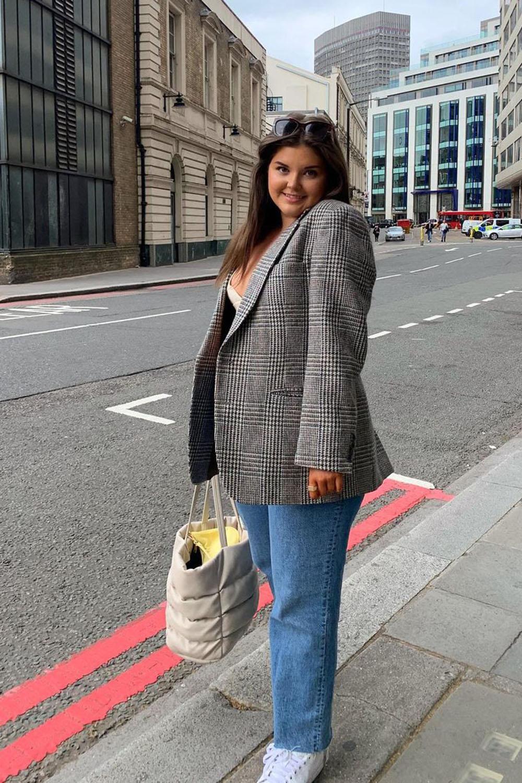 alfaiataria oversized, blazer cinza, mom jeans, bolsa de palha e tênis branco