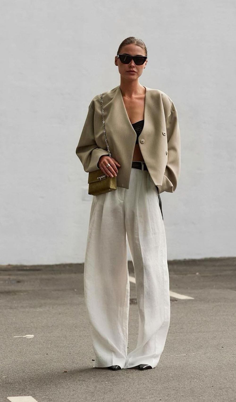 alfaiataria oversized, blazer cropped, calça branca e regatinha preta
