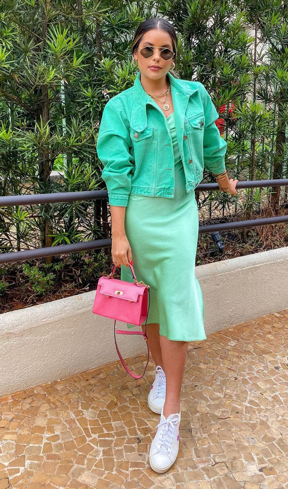 color block, look verde menta com bolsa rosa