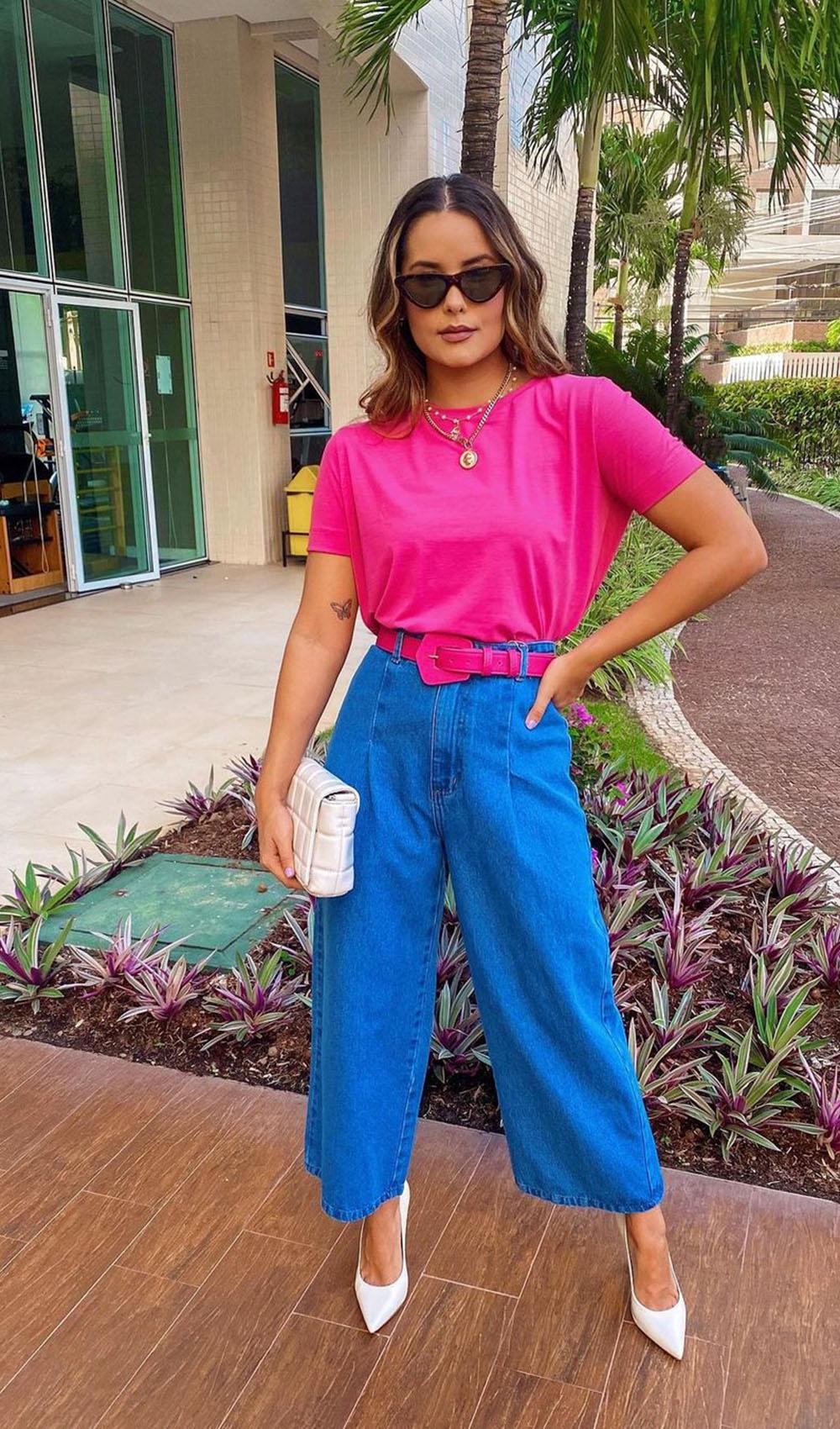color block, blusa rosa, calça pantacourt jeans, cinto rosa e scarpin branco