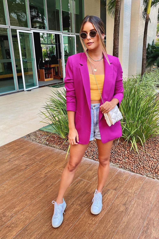 color block, blazer violeta, cropped laranja, bermuda e tênis