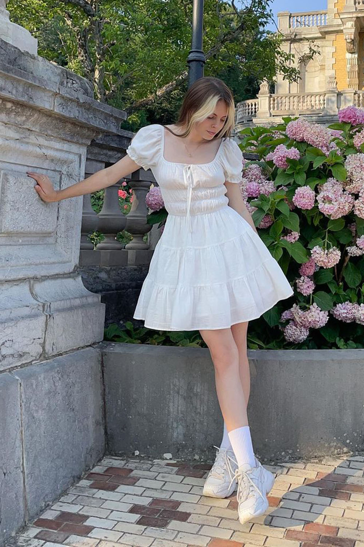 cottagecore, vestido branco rosado, meia aparente e dênis branco