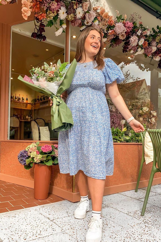 cottagecore, vestido flroal azul e tênis branco