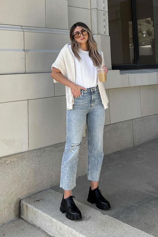 sapato tratorado, blusa branca e mom jeans