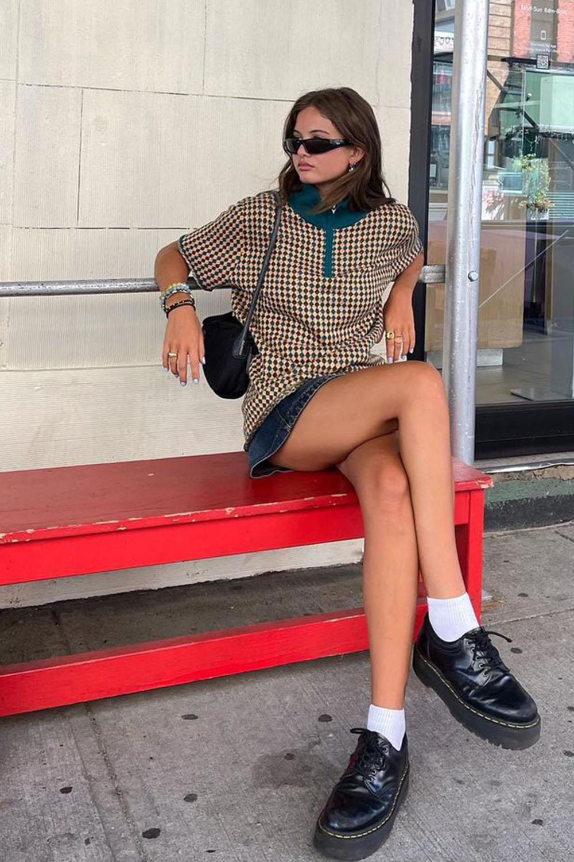 sapato tratorado, blusa xadrez, minissaia e meia aparente