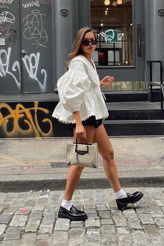 bata branca, short preto, meia branca e sapato tratorado