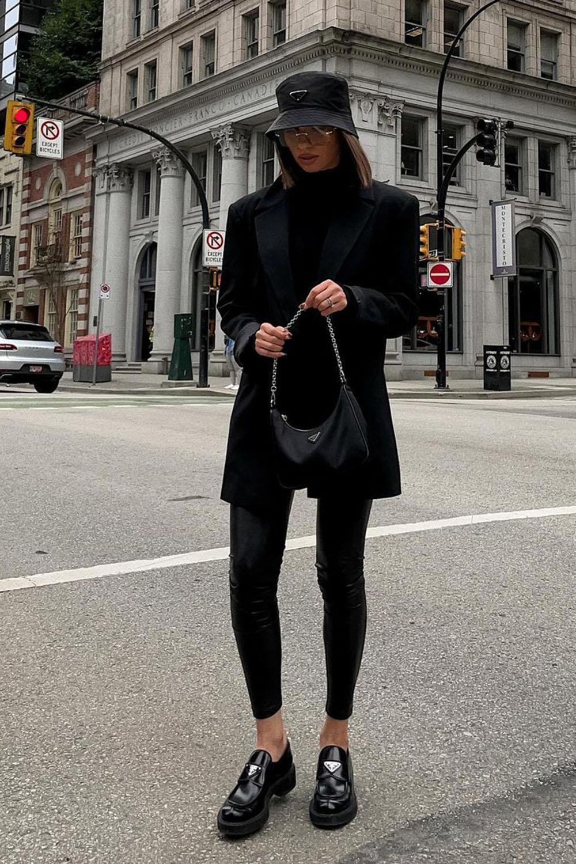 sapato tratorado, bucket hat, blazer preto, legging e blusa preta