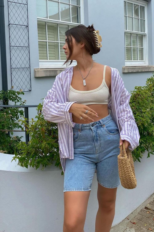 camisa listrada, top faixa, bermuda jeans e bolsa de plaha