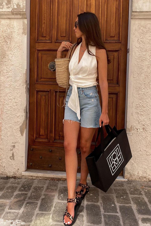 bolsa de palha, cropped, bermuda jeans e papete