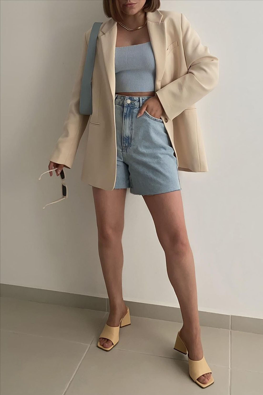 blazer bege, cropped azul, bermuda jeans e tamanco bege