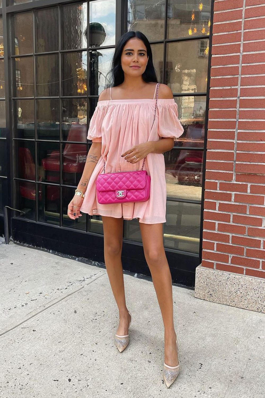 breezy dress rosa com decote ombro a ombro, bolsa rosa e slingback