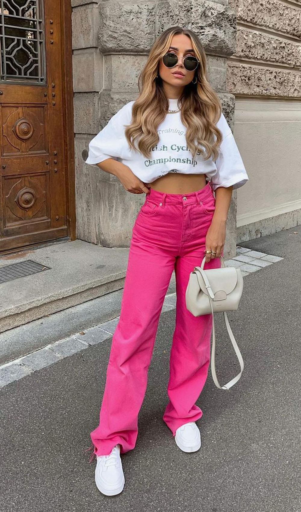Tendências de verão, t-shirt branca, calça rosa e tênis branco