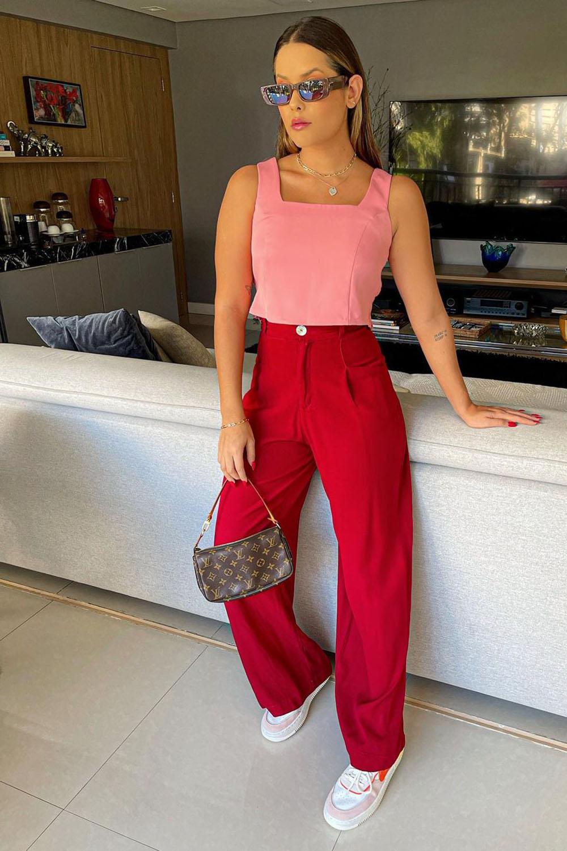 Tendências de verão, cropped rosa, calça vermelha e tênis branco