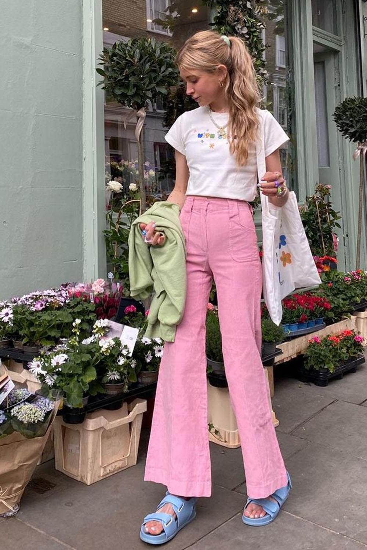 Tendências de verão, baby tee branca, calça rosa e papete verde