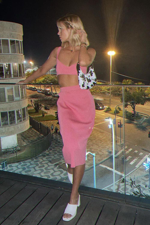 Tendências de verão, conuntinho rosa com saia midi, tamanco branco e bolsa baguete