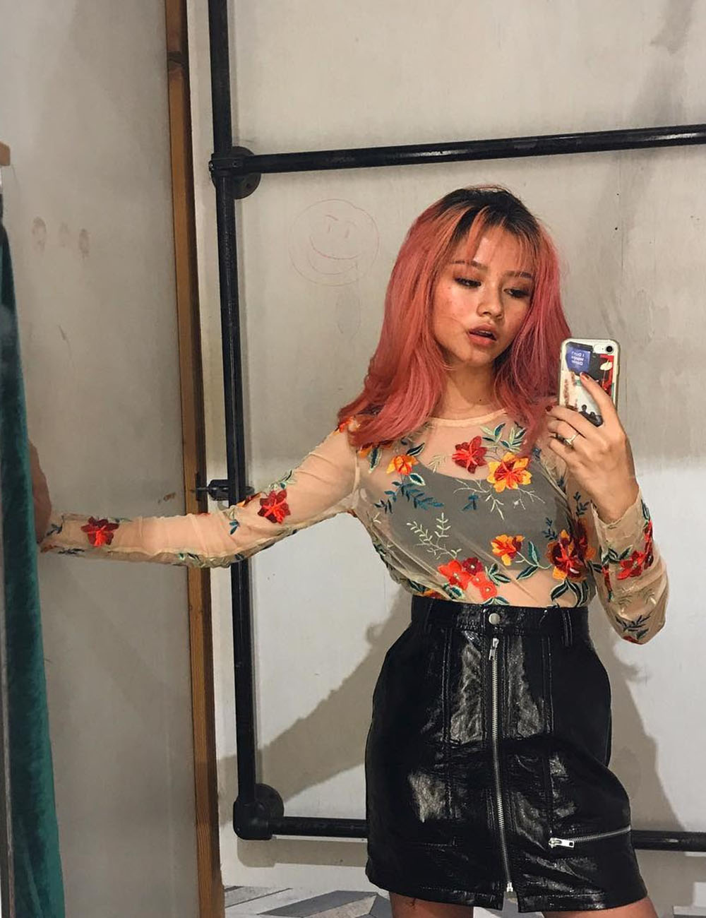 cabelo rosa médio, blusa flroal
