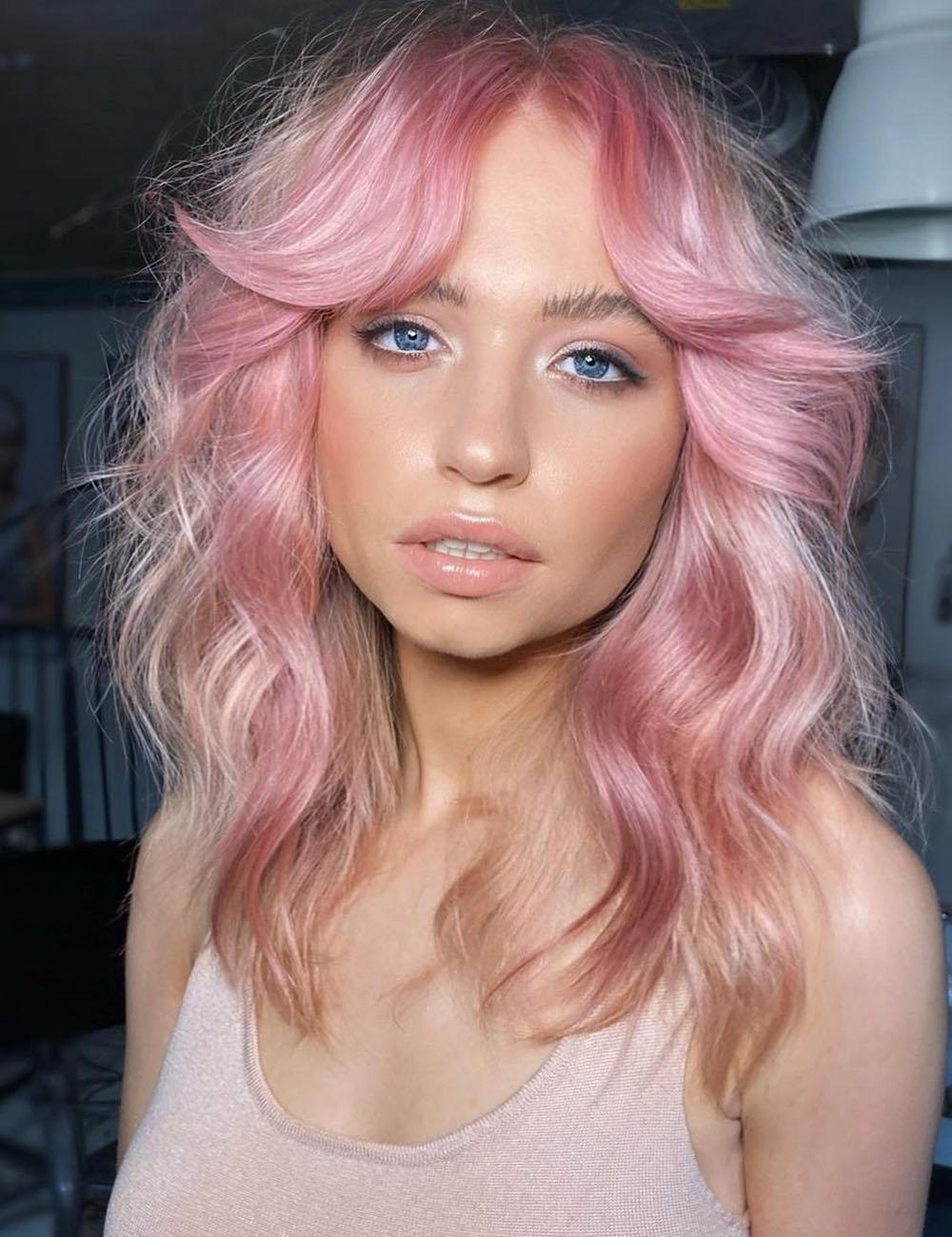 cabelo rosa desfiado, make natural