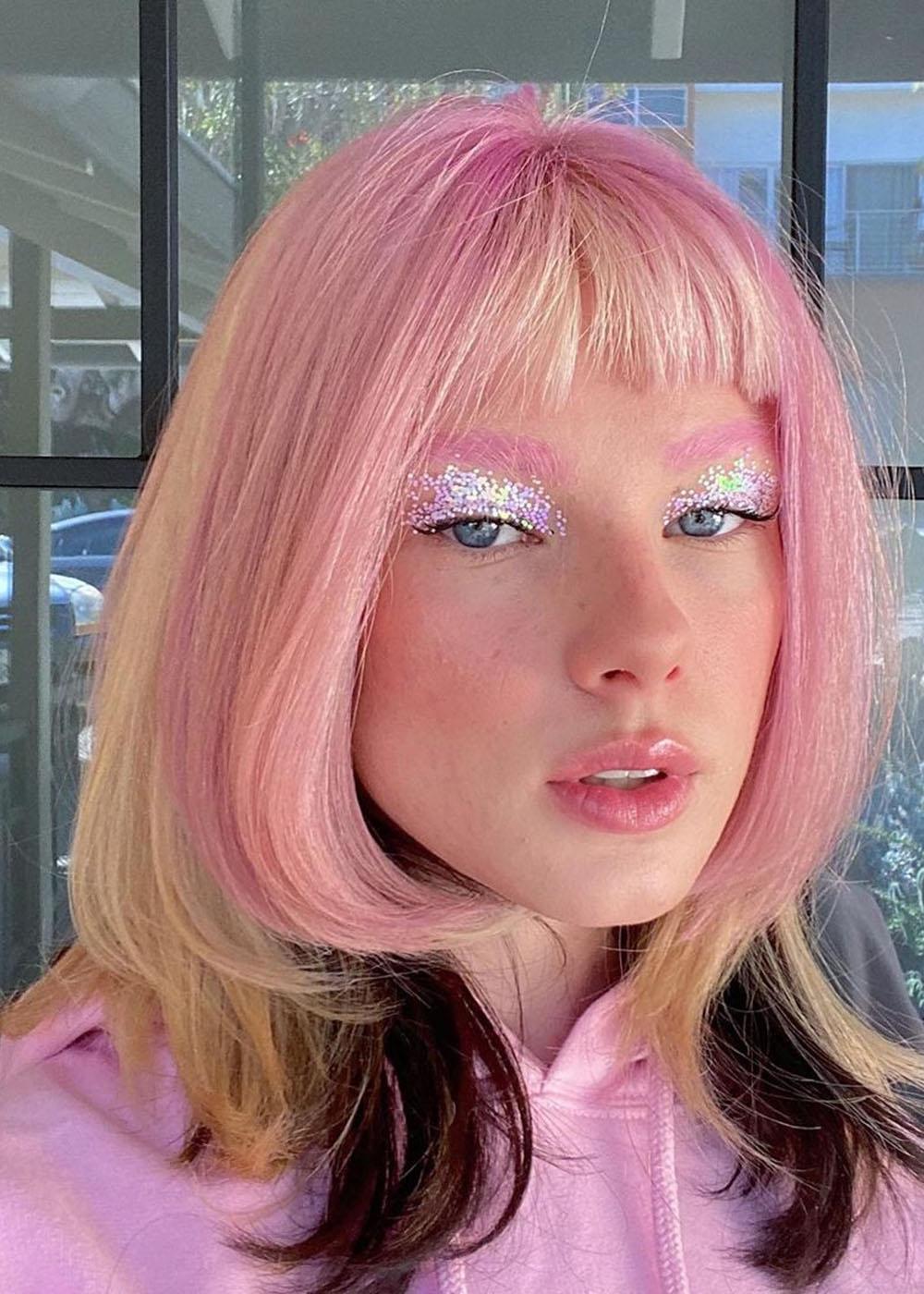 cabelo rosa com contraste loiro e preto, make metalizada