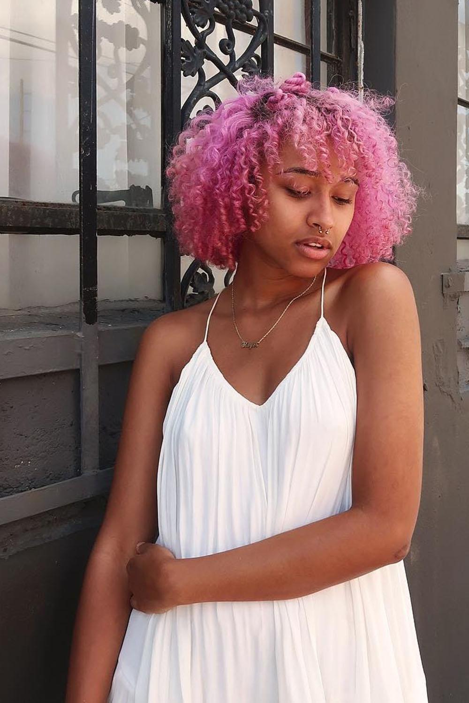 cabelo rosa caheado curto