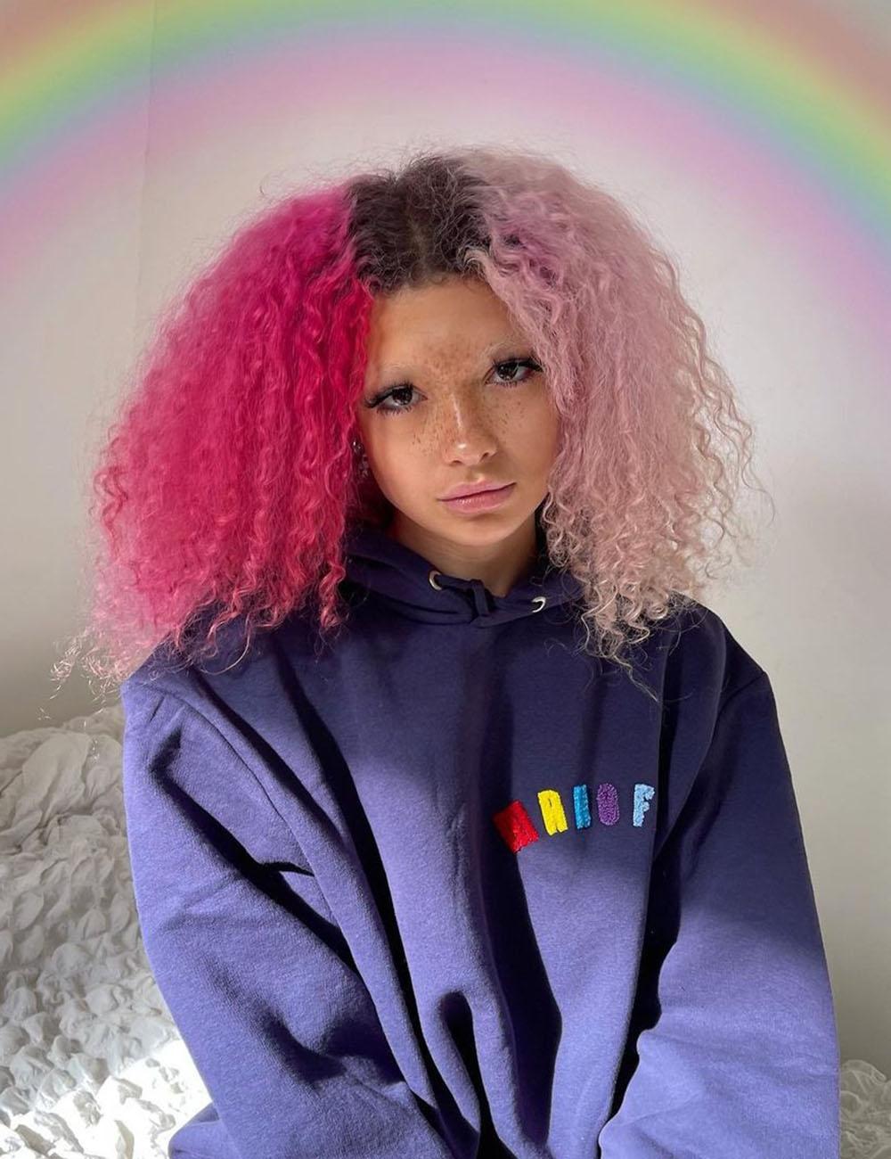 cabelo rosa bicolor cacheado