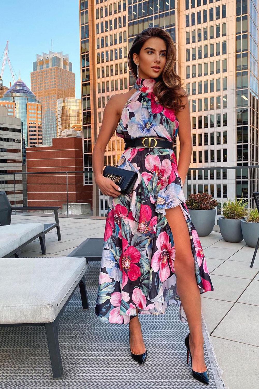 Look com vestido midi floral, cinto gucci, bolsa clutch e scarpin pra jantar