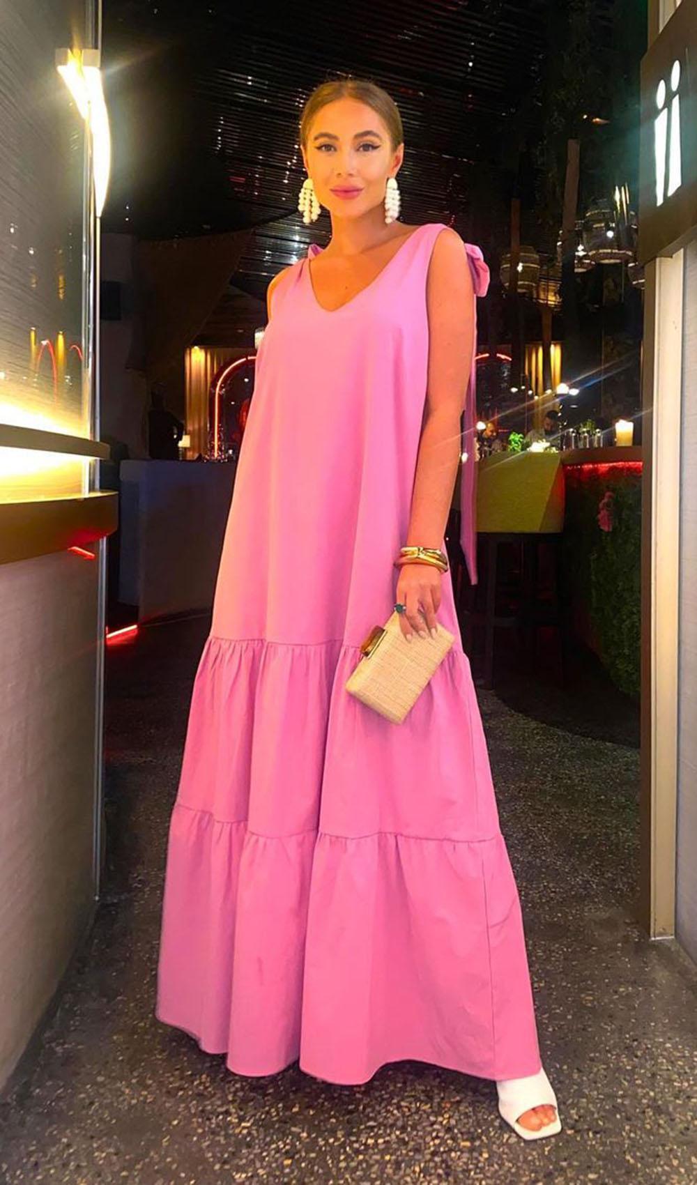 Look vestido rosa, bolsa clutch e sandália barnca pra jantar