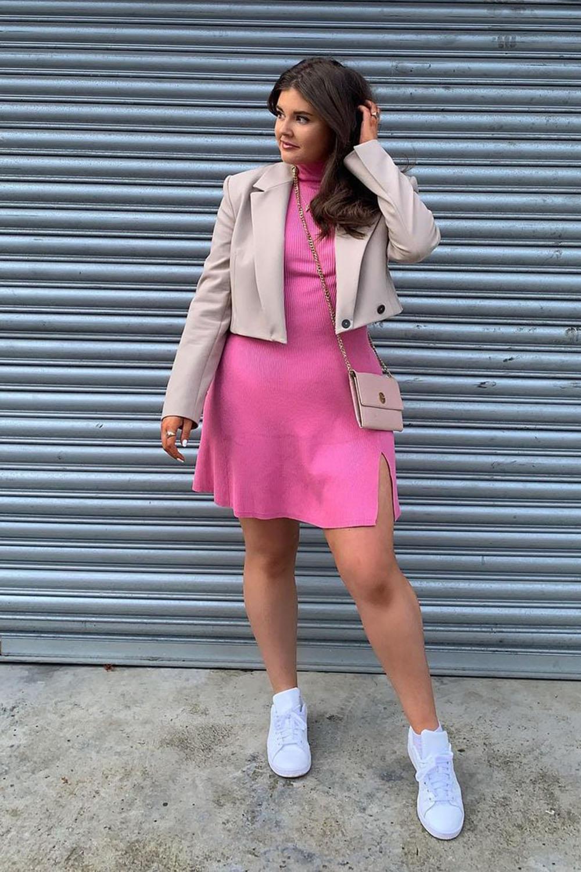 Look com vesitod rosa, blazer cropped e tênis branco pra jantar