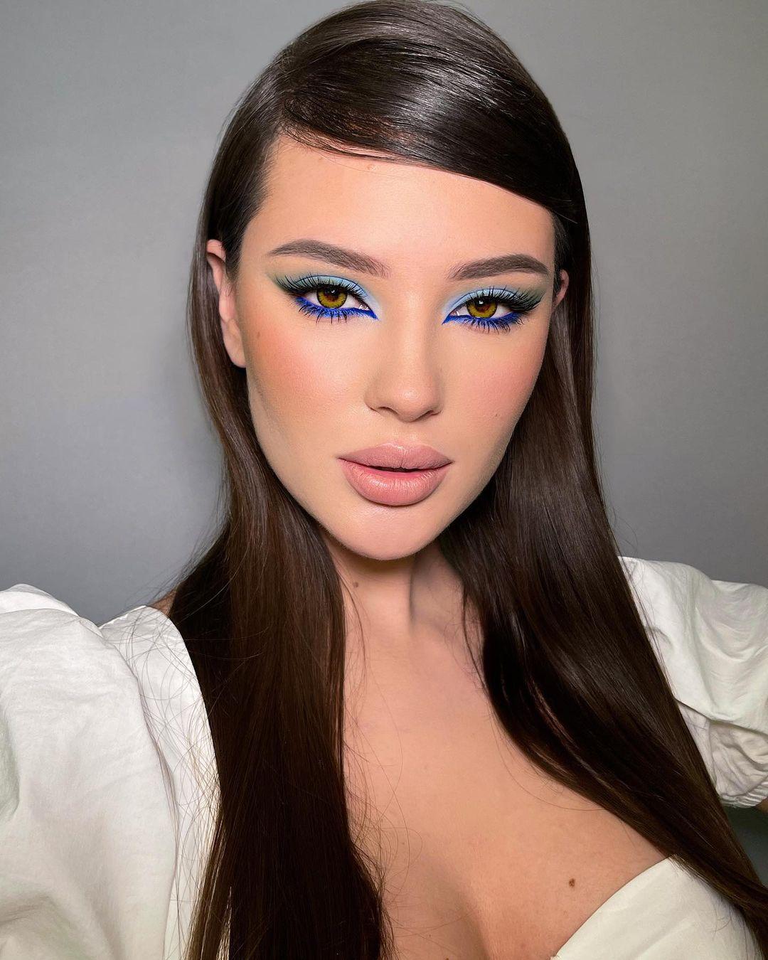 maquiagem com sobra e delineado azul