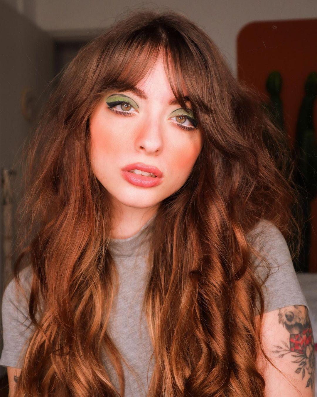Make colorida verde com delineado, cabelo castanho